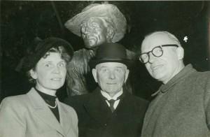 I midten fhv. Landtingsmand J.P. Jensen, Stevns og til højre Kgl. Hofbroncestøber Rasmussen, København