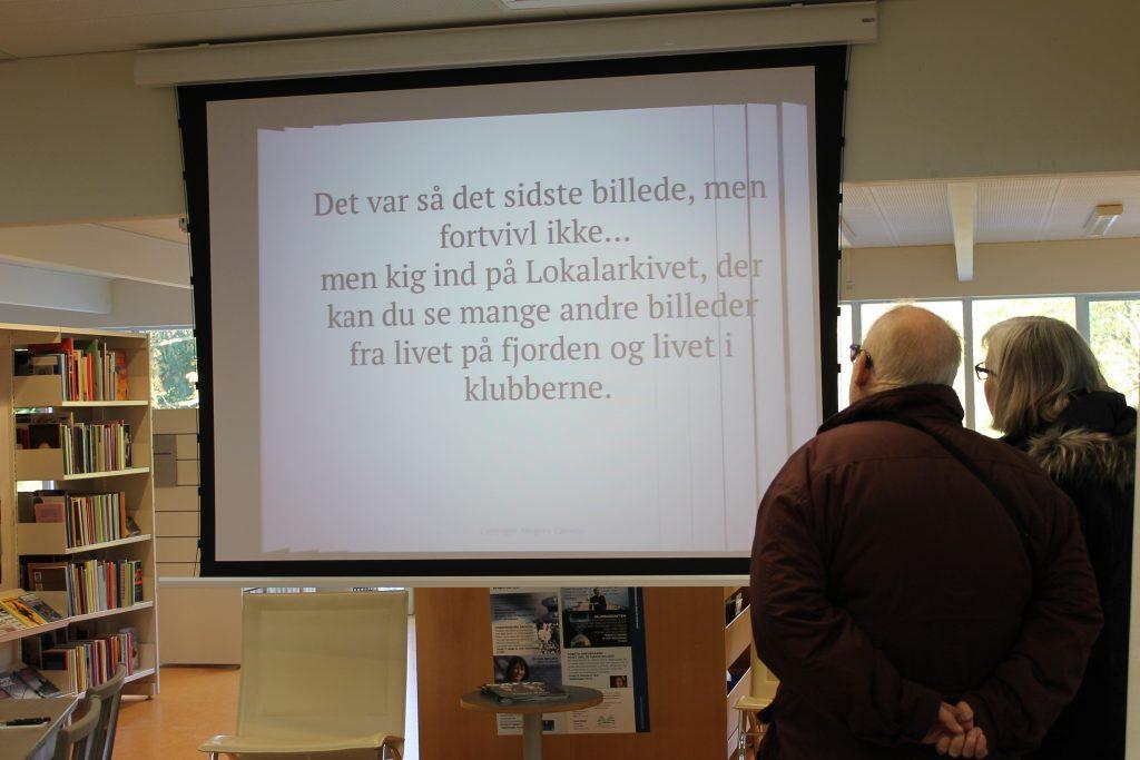 Der kørte et power point fra en sejllads på fjorden på bibliotekets projektor, som vi i dagens anledning kunne bruge. Dette var slutteksten så de besøgende også kunne besøge vores udstilling på selve lokalarkivet