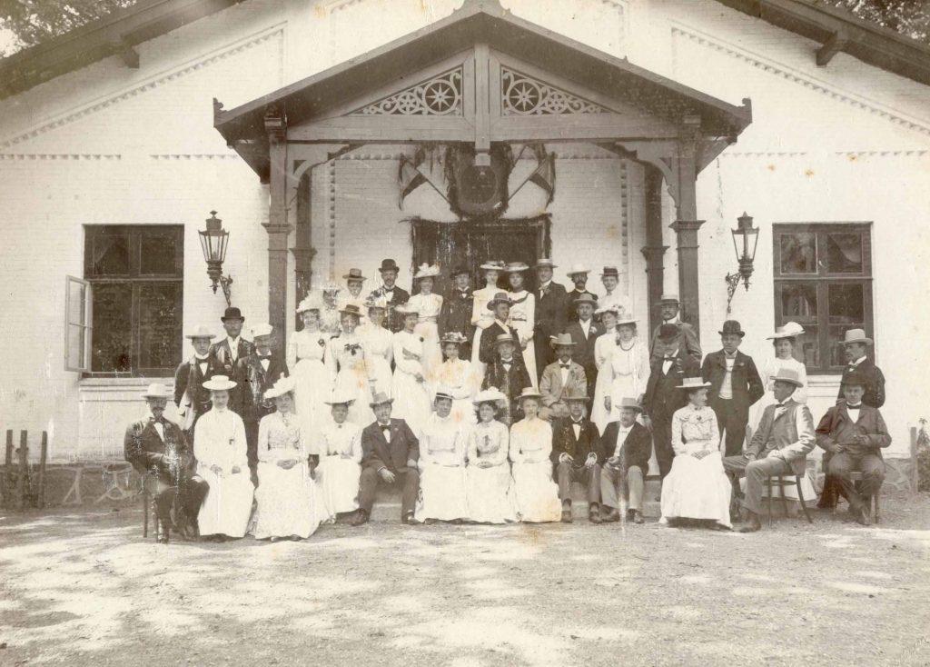 Et selskab på Frederiksminde omkring 1900