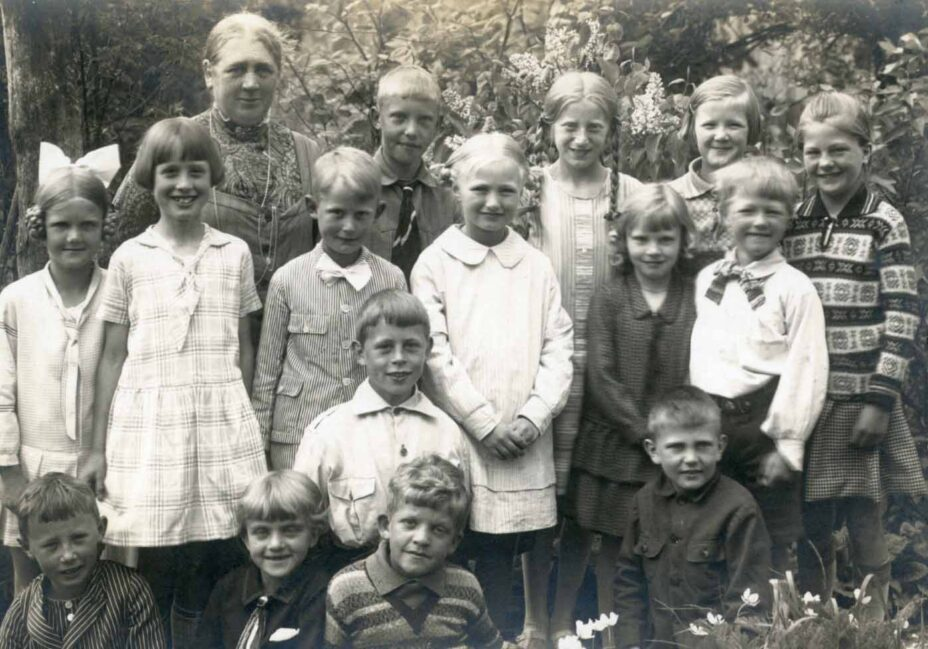 Frk. Nana Ingerslev med sin klasse i 1932 (B1030)